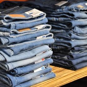 Jeans acampanados para hombre