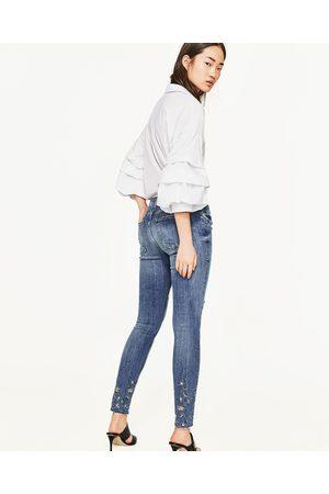 Imagen 1 de VAQUERO DENIM BORDADO BANDAS de Zara   Outfits