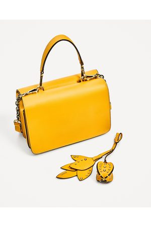 77bf2bf8df9 ... Mujer  Bolsas crossbody  Amarillo. Mujer Bolsas - Zara MINI BANDOLERA  DETALLE HOJAS