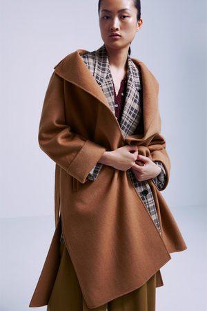 abrigo blanco zara cinturon marron