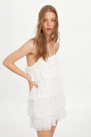 Zara Vestido volantes bordado