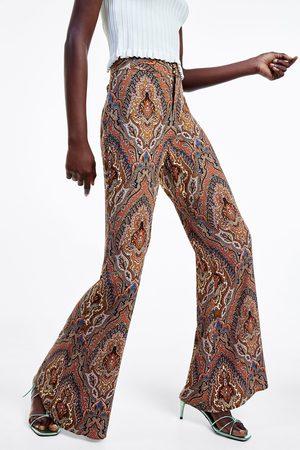 Zara Mujer Pantalones y Leggings - Pantalón flare estampado