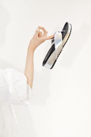 Zara Sandalia plana acolchada metalizada