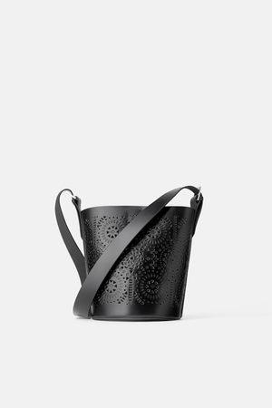 Zara Mujer Bolsas crossbody - Bandolera cubo piel troquelada