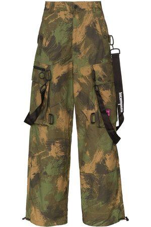 OFF-WHITE Pantalones cargo con estampado militar