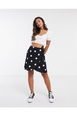 New Look Mujer Minifaldas - Mini wrap skirt in black polka dot