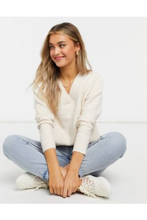 Urban Bliss V neck knitted jumper in cream