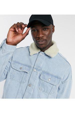 ASOS Hombre De mezclilla - Tall oversized denim jacket with detachable borg collar in light wash blue