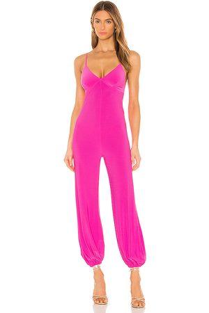 Norma Kamali X revolve slip jog jumpsuit en color rosado talla M en - Pink. Talla M (también en XXS).