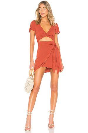 MAJORELLE Mini vestido de manga corta evelyn en color rojo ladrillo talla L en - Brick. Talla L (también en XXS, XS, S, M