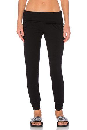 Beyond Yoga Pantalones de chándal de forro polar abrigado en color talla L en - Black. Talla L (también en M, S, XS).