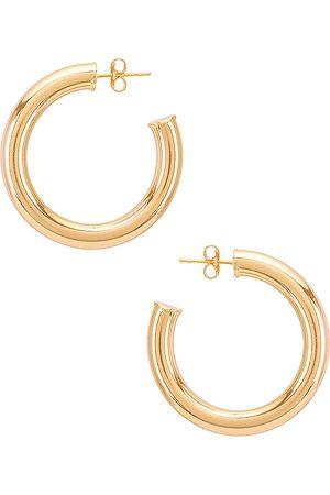 Natalie B Jewelry Aros adina en color oro metálico talla all en - Metallic Gold. Talla all.