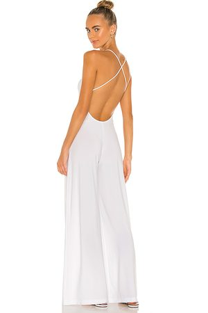 Norma Kamali X revolve low back slip jumpsuit en color talla L en - White. Talla L (también en XS, S, M).