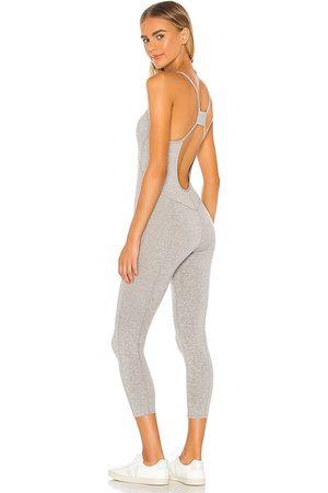 Free People X fp movement side to side performance jumpsuit en color gris talla L en - Grey. Talla L (también en XS, S, M).