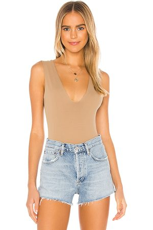 Free People Body keep it sleek en color talla L en - Tan. Talla L (también en XS, S, M).