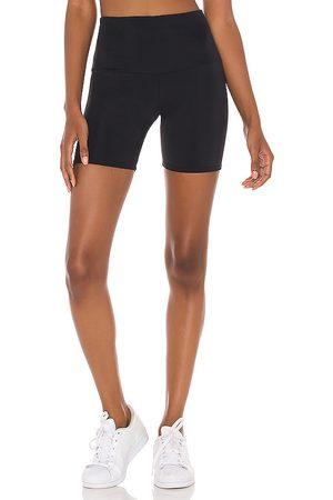Onzie 5 biker short en color talla M/L en - Black. Talla M/L (también en XS, S/M).