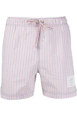Thom Browne Hombre Shorts - Shorts de playa de tejido seersucker y rayas RWB