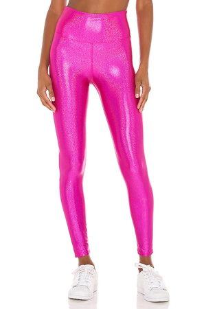 Beach Riot X revolve hologram shine legging en color fucsia talla M en - Fuchsia. Talla M (también en XS).