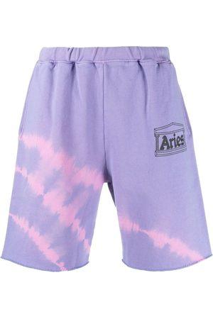 Aries Shorts motivo tie-dye y logo