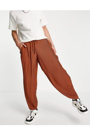 ASOS Hombre Chinos - Oversized tapered smart trouser in rust plisse with elasticated waist