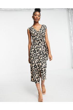 Style Cheat Short sleeve jersey wrap midi dress in leopard
