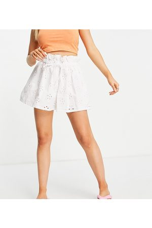 ASOS Mujer Shorts - ASOS DESIGN Petite broderie short in white