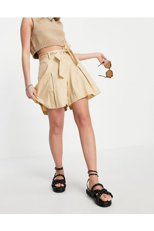 Pieces Mujer Shorts - Tailored short with tie waist and pleat front in