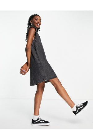 Pieces Mujer Casuales - Frill detail denim pinafore dress in washed black