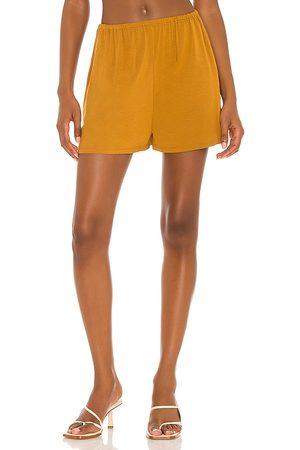 L'Academie Kennedy short en color amarillo mostaza talla L en - Mustard. Talla L (también en XXS, XS, S, M, XL).