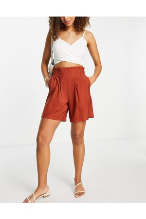 Pieces Tailored shorts with pleats in rust
