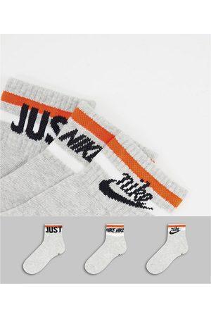 Nike Everyday Essential Socks in grey