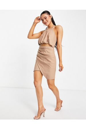 ASOS Mujer Minifaldas - Halter mini dress with drape detail skirt and cut out detail in mocha