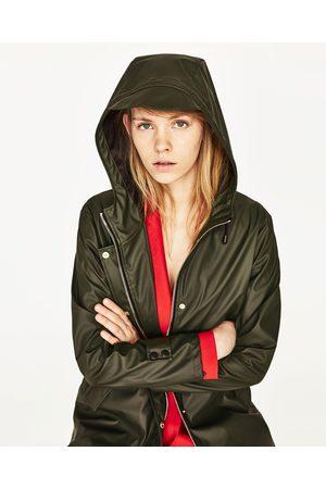 Mujer Abrigos - Zara CHUBASQUERO CON CAPUCHA - Disponible en más colores
